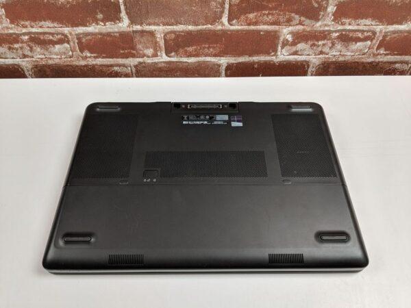 Dell 7510 - zavřený - pohled zezdola